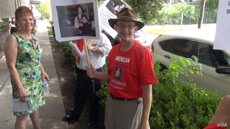 Jeff Gillis demonstrates by the Chinese consulate in Houston. (G. Flakus/VOA)