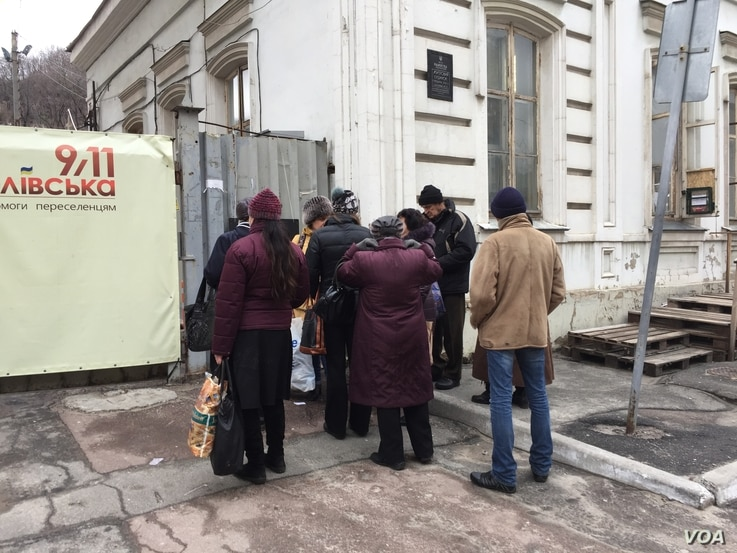 Two years into the conflict, newly displaced people are still arriving daily and applying for assistance at the Florivska 9/11 Center, a refugee assistance facility in Kyiv. (L. Ramirez/VOA)