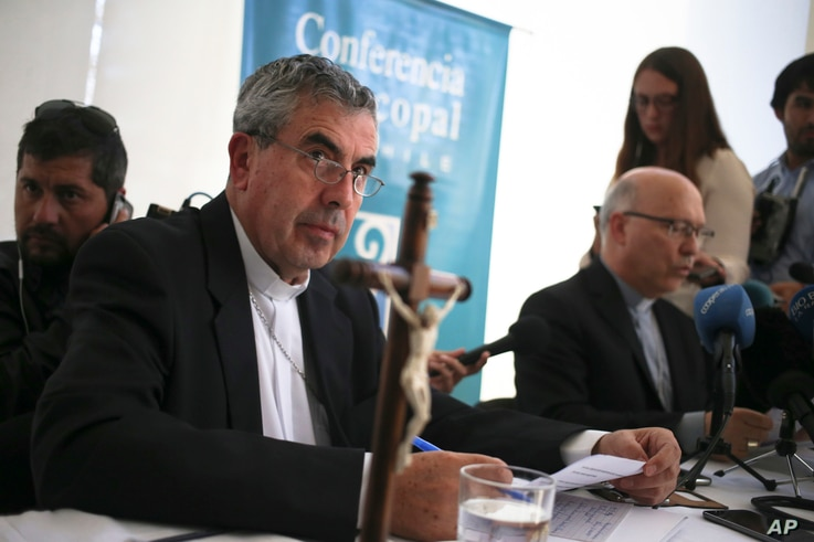 Monsignor Santiago Silva, left, and Monsignor Fernando Ramos, right, President and General Secretary of Episcopal Conference of Chile take part in a press conference about Pope Francis' recent letter, in Punta de Tralca, Chile, April 11, 2018.