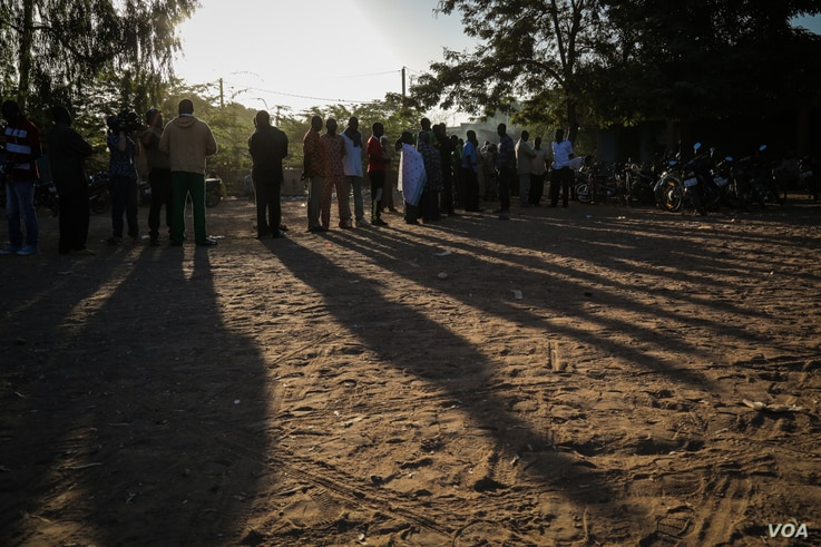 Voters wait in line ahead of voting station in the early hours of Sunday November 29th, in Ouagadougou, Burkina Faso. The population is voting to elect their next president and parliament. (VOA/Emilie Iob)