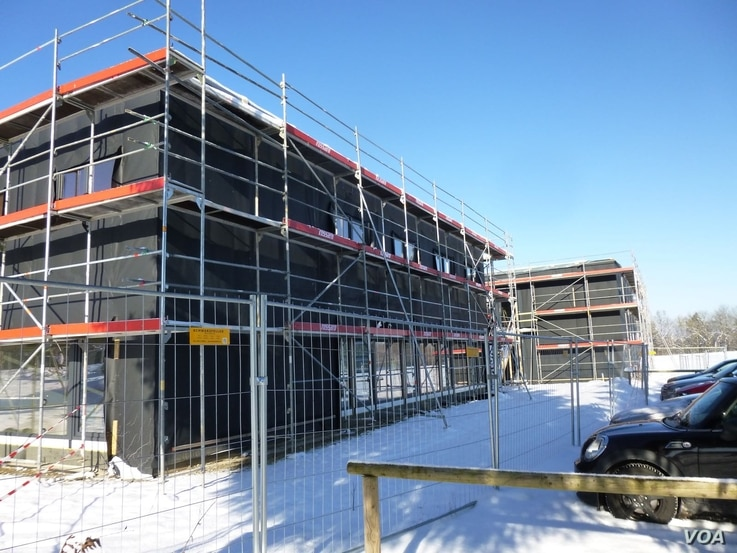 New housing for migrants is seen under construction in the town of Schwaebisch Gmuend, Germany, Jan. 18, 2016. A previous structure was attacked by arsonists in December. (H. Ridgwell/VOA)