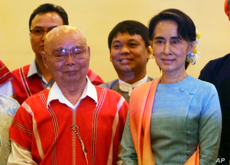 Myanmar's Foreign Minister Aung San Suu Kyi, right, and Mutu Say Po, chairman of Karen National Union (KNU) pose for photos during their meeting at a hotel in Naypyitaw, Myanmar, Aug. 24, 2016. A peace conference that seeks to end decades of armed co...