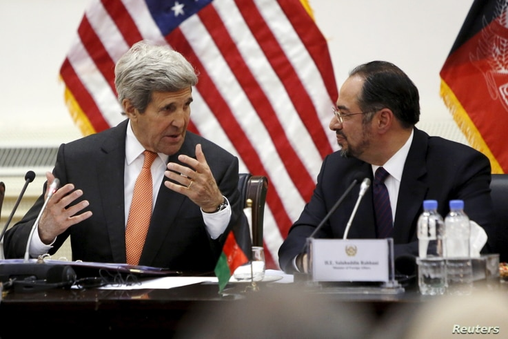 U.S. Secretary of State John Kerry (L) and Afghanistan's Foreign Minister Salahuddin Rabbani (R) talk at the start of their bilateral commission talks at Char Chinar Palace in Kabul, April 9, 2016.