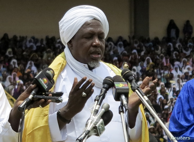 Mahmoud Dicko prays for peace during a rally in Bamako, August 12, 2012.