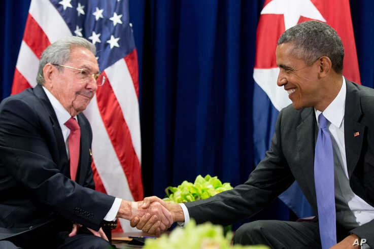 U.S. President Barack Obama, right, and Cuban President Raul Castro shake hands before a bilateral meeting at the United Nations headquarters in New York, Sept. 29, 2015.