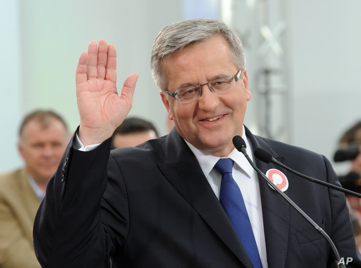 Polish President Bronislaw Komorowski greets supporters during a meeting ending his campaign ahead of a Sunday's presidential election, Warsaw, Poland, May 8, 2015.