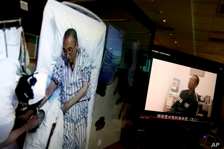 Video clips show China's jailed Nobel Peace laureate Liu Xiaobo lying on a bed receiving medical treatment at a hospital, left, and Liu saying wardens take good care of him, on a computer screens in Beijing, June 29, 2017.