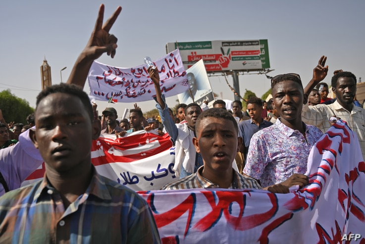 """Sudanese protesters gather for a """"million-strong"""" march outside the army headquarters in the capital Khartoum, April 25, 2019."""
