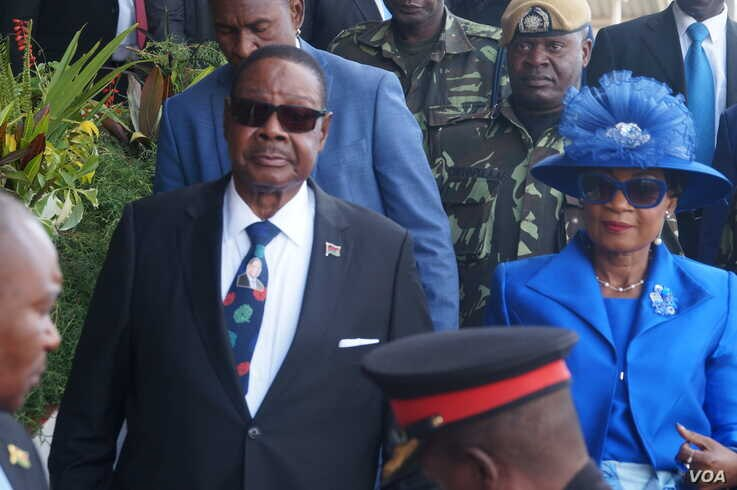 FILE - Malawi President-Elect, Peter Mutharika, and first lady Getrude Mutharika attend his swearing-in ceremony at Kamuzu Stadium in Bantyre. (L. Masina/VOA)