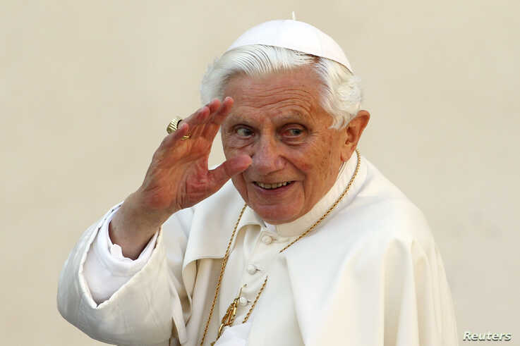 Pope Benedict XVI waves as he arrives to lead the Wednesday general audience in Saint Peter's square, at the Vatican October 24, 2012. REUTERS/Giampiero Sposito (VATICAN - Tags: RELIGION) - RTR39IDW