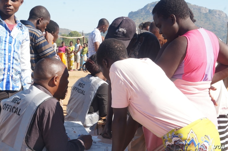 Malawi electoral officials check the names of the voters on Tuesday. (L Masina/VOA)