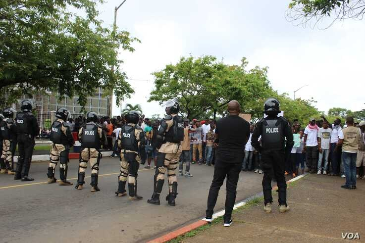 Police were present as thousands of anti-government protesters gathered in Monrovia, June 7, 2019. (L. Rouse/VOA)