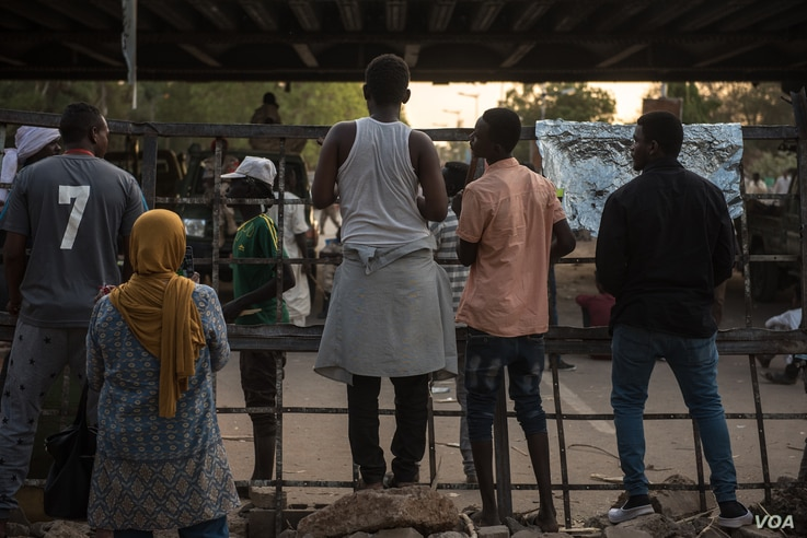 Protesters stand at a barricade on Nile Street on May 12, 2019, in Khartoum, Sudan. (J. Patinkin for VOA)
