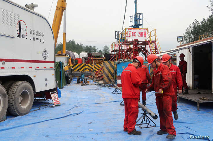 Employees work at a shale gas fracking site of Sinopec in Nanchuan, Chongqing, China March 18, 2018. Picture taken March 18, 2018. REUTERS/Chen Aizhu - RC16A3C38800