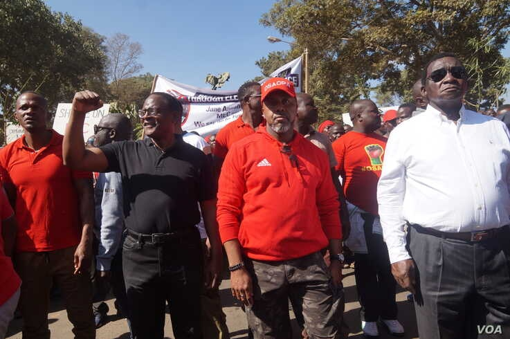 MCP leader Lazarus Chakwera (in black) and Saulos Chilima of UTM (in red) join protesters, June 20, 2019. (L. Masina)