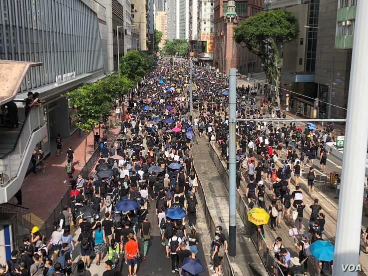 Protesters march toward Causeway Bay in Wan Chai,Hong Kong, July 28, 2019. (Dahai Han/VOA Mandarin Service)
