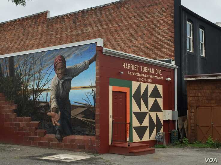 Many of the people coming to the Harriet Tubman Museum and Educational Center in Cambridge, Maryland, are inspired by an online image of the museum's new mural by artist Michael Rosato. (M. Melton/VOA)