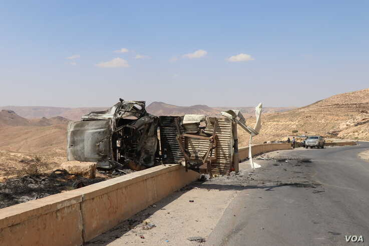 Debris, burnt-out cars and bullet casings remain a day after the battle on the road out of Gharyan, Tripoli. (H.Murdock/VOA)