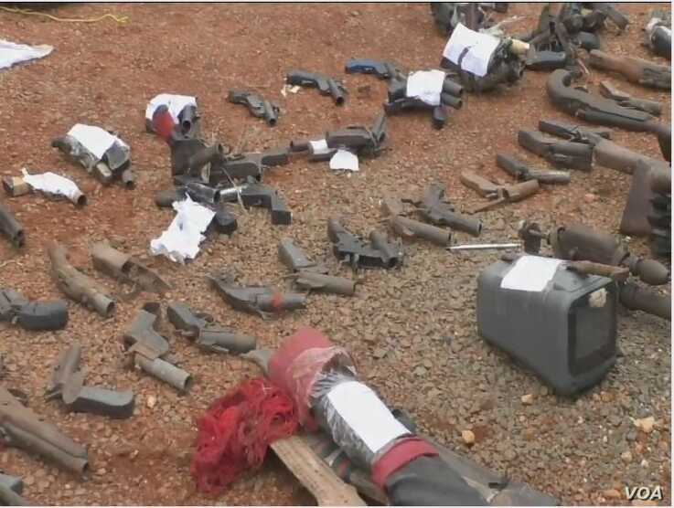 Weapons used by separatist fighters suspected to have been made in Nigeria and brought into Cameroon, June 6, 2019. ( Moki Kindzeka/VOA)
