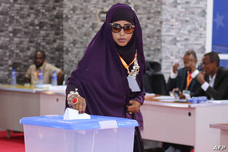 A member of parliament of Somaliaís Jubaland State casts her vote during the presidential election held in Kismayo, on August 22, 2019. - Madobe was reelected as the president of Somaliaís Jubaland State on August 22, 2019 in an election held in Kismayo.