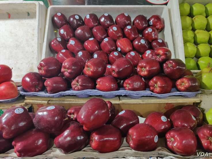 Apples from the U.S. were among the 28 products that India slapped with retaliatory tariffs as a trade dispute with the U.S. intensifies. (Anjana Pasricha/VOA)