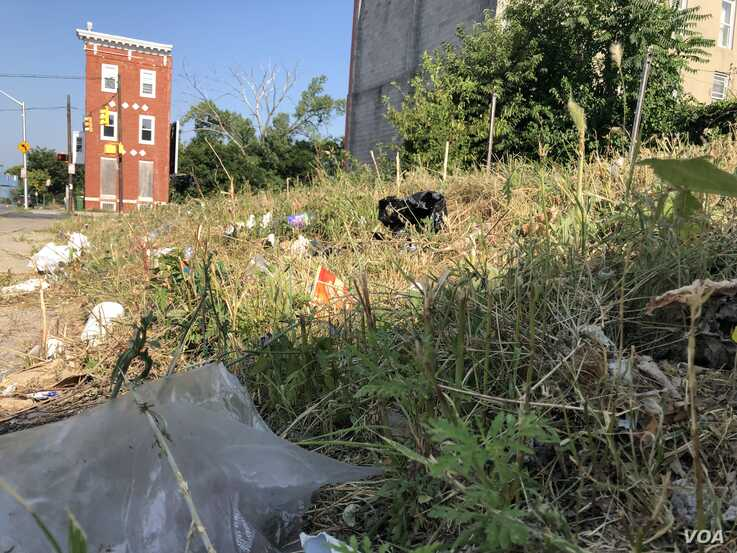 "Baltimore has nearly 17,000 abandoned houses. President Donald Trump has referred to Baltimore as a ""rat and rodent infested mess."" (VOA/C. Presutti)"