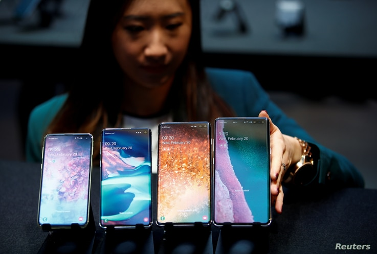 A Samsung employee arranges the new Samsung Galaxy S10e, S10, S10+ and the Samsung Galaxy S10 5G smartphones at a press event in London, Britain February 20, 2019.