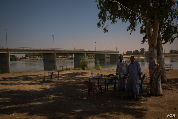 The old bridge of Raqqa over the Euphrates River is still cut in the middle since the battle with IS in 2017, Aug. 25, 2019 in Raqqa, Syria. (Yan Boechat/VOA)