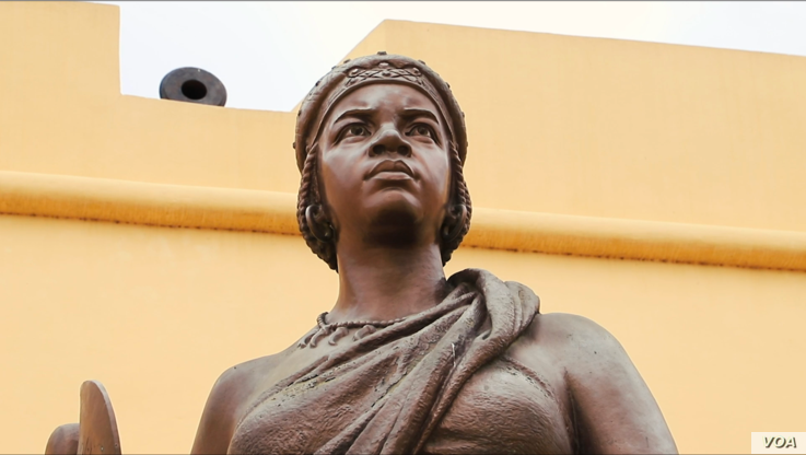 A statue of warrior queen Njinga Mbande stands outside Angola's National Museum of Military History in Luanda. (B. Ayoub/VOA)