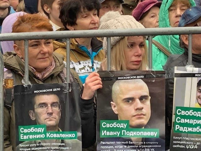 Anti-Kremlin protesters demand release of more than a dozen arrested for taking part in demonstrations in July and August against rigged Moscow city council elections, Sept. 29, 2019. (J. Dettmer/VOA)