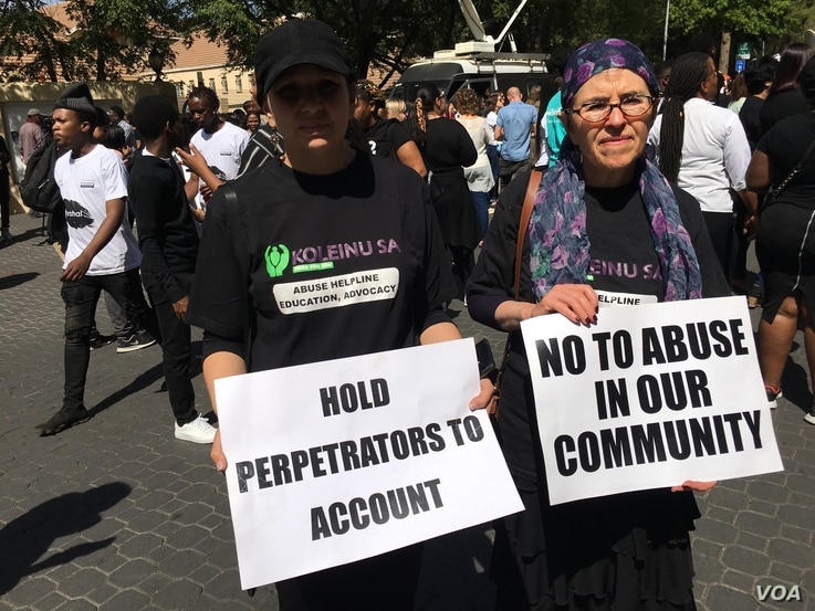 Two women protesters displaying pluck cards denouncing women abuse, Sept. 13, 2019. (VOA/T.  Khumalo)