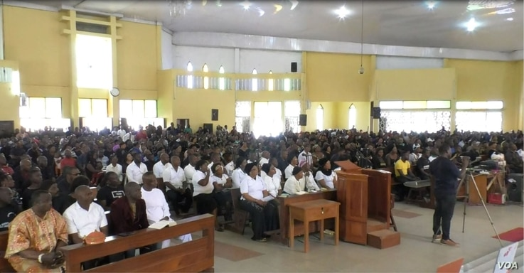 Hundreds of Nigerians, in the company of Cameroonians, pray for peace in Cameroon's restive English-speaking regions, at Saint Joseph's Anglophone Parish in Cameroon's capital, Yaounde, Sept. 6, 2019. (M.Kindzeka/VOA)