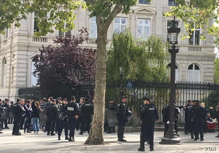 At the Champs-Elysees, once a no-go zone on Saturdays, riot police vastly outnumbered a small group of yellow vests defying a ban to protest there. Sept. 7, 2019. (L. Bryant/VOA)