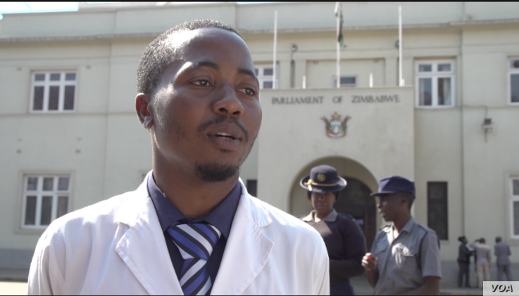 Tawanda Zvakada, of the Zimbabwe Hospital Doctors Association, defends the strike by health workers, in Harare, Sept. 19, 2019. (C. Mavhunga/VOA)