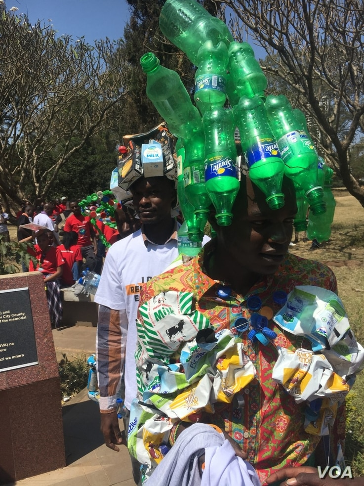 Kenyan protesters display trash to demonstrate how Kenyans pollute the environment, during a protest against climate change, in Nairobi, Kenya, Sept. 20, 2019. (M. Yusuf/VOA)
