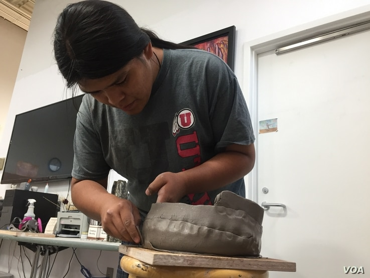 IAIA ceramics student Daniel Yazzie Natonabah makes a clay pot using a coil method that is popular among Pueblo and Hopis, Santa Fe, N.M., Oct. 10, 2019. Julie Taboh/VOA