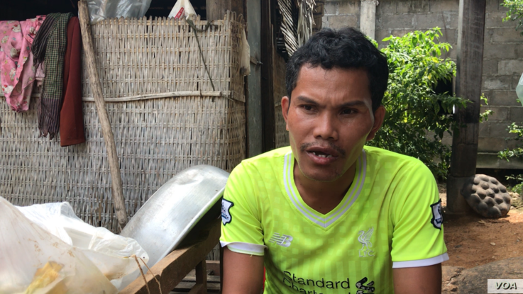 Chim​ ​Sokun​, ​emigrated​ ​ten​ ​years​ ​ago​ ​from​ ​Trach​ ​Village​,​ ​giving​ ​up​ ​his​ ​farmed ​land​,​ ​to​ look for ​jobs​ ​at​ ​a​ ​garment​ ​factory​ ​in​ ​Kandal​ ​Province​.​ ​(​Aun​ ​Chhengpor​/​VOA​ ​Khmer​)​