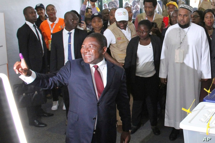 Mozambican President Felipe Nyusi is seen at a polling station in Maputo after he cast his vote, Oct. 15, 2019 in the country's presidential, parliamentary and provincial elections.