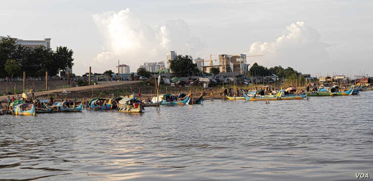 Fishing boats are parked along the Mekong riverbank on the evening of Oct. 14, 2019, in Phnom Penh, Cambodia. (Malis Tum/VOA Khmer)