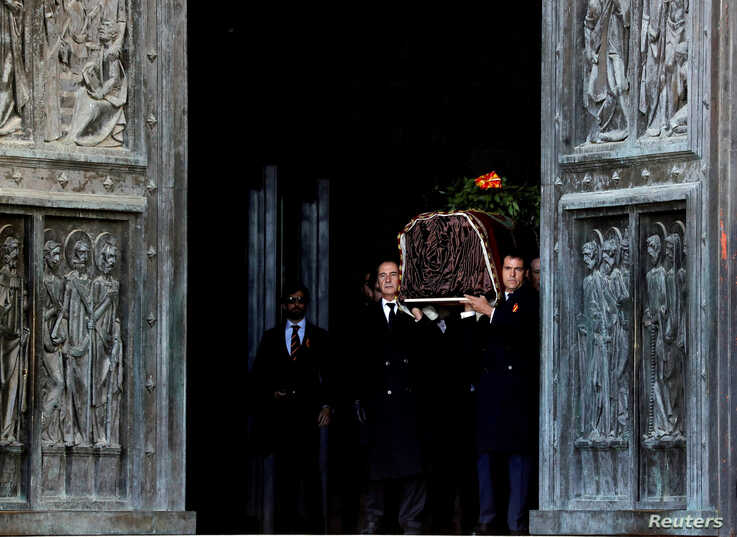 Late Spanish dictator Francisco Franco's relatives carry his coffin after the exhumation at The Valle de los Caidos (The Valley of the Fallen) in San Lorenzo de El Escorial, Spain.