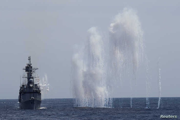 Flares are set off from Kee Lung (DDG-180aFlares are set off from Kee Lung (DDG-1801) guided-missile destroyer (R) and navy vessels during a military drill near Hualien, Taiwan, May 22, 2019. 1) guided-missile destroyer (R) and navy vessels during a military drill near Hualien,…