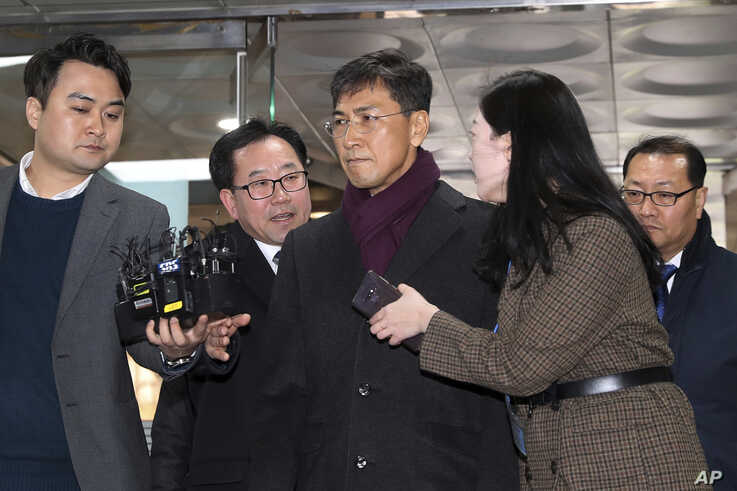 Ahn Hee-jung, center, a former governor of South Chungcheong province, arrives at the Seoul High Court in Seoul, South Korea, Feb. 1, 2019.