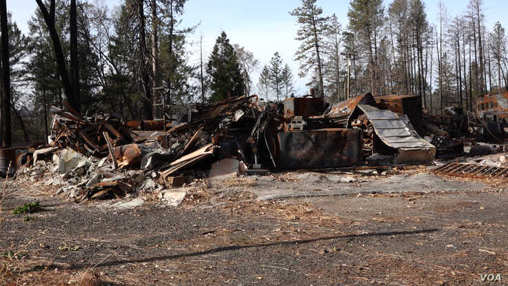 A building in Paradise burned by the fire remains, a reminder of the destructive force of the wildfire. (Elizabeth Lee/VOA News)