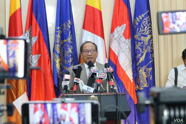 Phay Siphan, the Cambodian government spokesperson, speaks during a press conference at the Council of Ministers, Phnom Penh, July 25, 2019. (Kann Vicheika/VOA Khmer)