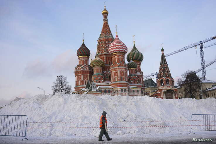 A street sweeper walks past St. Basil's Cathedral at Red Square in Moscow, Russia, January 15, 2016. REUTERS/Maxim Zmeyev     …
