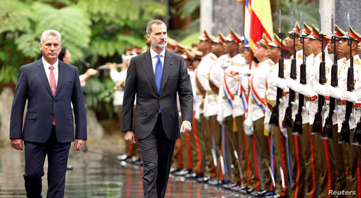 Cuba's President Miguel Diaz-Canel and Spain's King Felipe review an honour guard during a ceremony at the Revolution Palace in…
