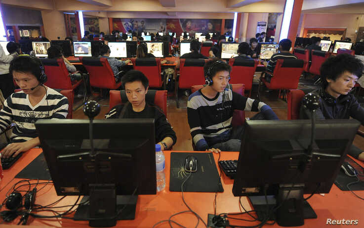 People use computers at an Internet cafe in Hefei, Anhui province September 26, 2010. China on Sunday released a white paper on…