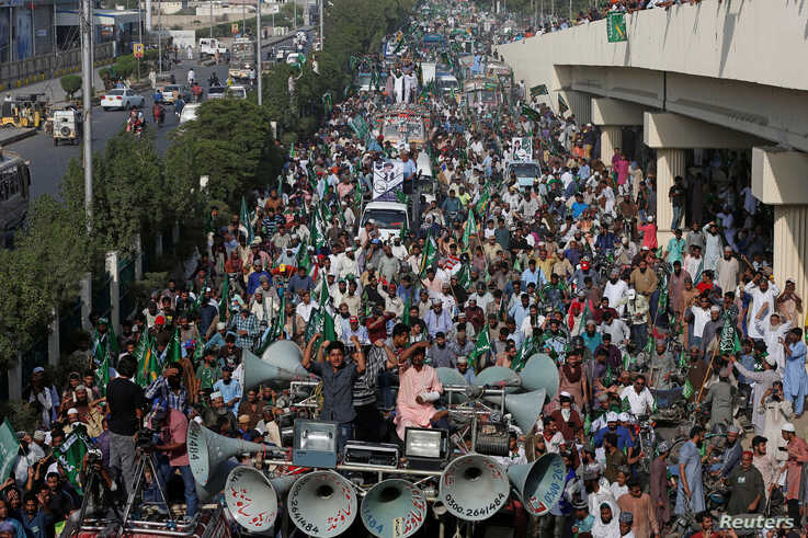 Supporters of the Tehrik-e-Labaik Pakistan (TLP) Islamist political party chant slogans as they march to welcome their leader…