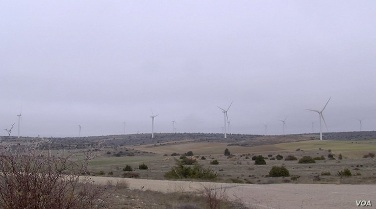 The Maranchon wind farm generates enough energy to power a city of 600,000 people for a year. (Lisa Bryant/VOA)