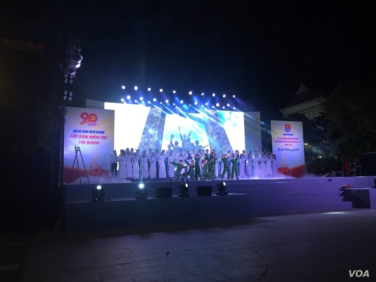 The youth union of the Vietnam Communist Party in Ho Chi Minh City gives a public performance. The party is pushing for a shorter work week. (VOA/Ha Nguyen)